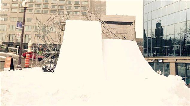 Les skieurs s'élanceront de cette structure aménagée à place d'Youville lors de la compétition de freeski.