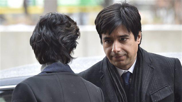 Jian Ghomeshi parle à son avocate le 10 février, à son arrivée en cour.