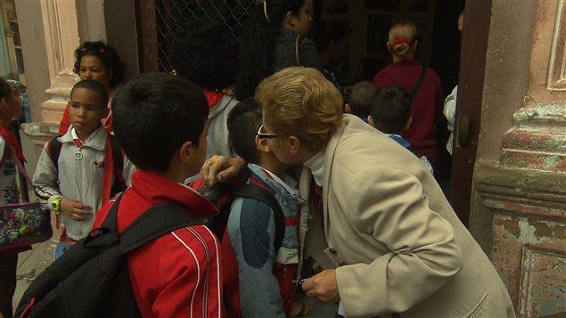 Aleida Gonzalez embrasse un élève.