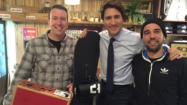 Le premier ministre Justin Trudeau avec, à ses côtés, Corey Hackett et Éric Dionne, copropriétaires de «Top of the World»