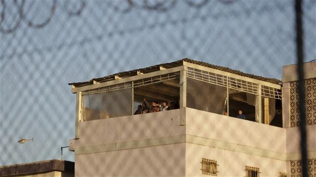 Les détenus ont été massés au sommet de cette tour de la prison de Topo Chico une fois l'émeute terminée.