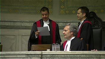 Kael McKenzie (gauche) prête serment en présence des juges Glenn Joyal (centre) et Ken Champagne (droite).