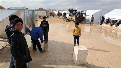 Cette photo prise par l'organisation humanitaire turque IHH montre des Syriens réfugiés à Haramein, près de la frontière turque.