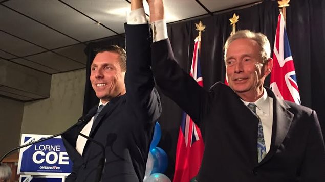 Le chef du Parti progressiste-conservateur de l'Ontario, Patrick Brown (à gauche), et le nouveau député de Whitby-Oshawa, Lorne Coe.