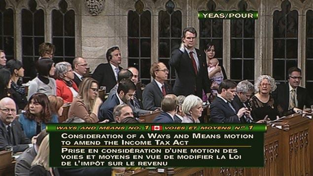La députée néo-démocrate Christine Moore avec son bébé lors d'un vote à la Chambre des communes.
