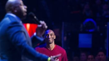 Un basketteur légendaire, Magic Johnson, rend hommage à une autre vedette, Kobe Bryant, qui prendra sa retraite à la fin de la saison.