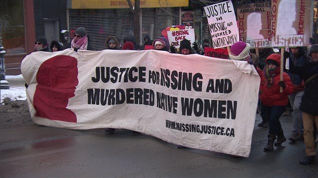 Des marcheurs bravent le froid le 14 février 2016, boulevard Saint-Laurent à Montréal, pour commémorer les femmes autochtones disparues ou assassinées.