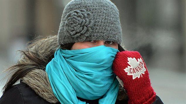 Une dame se protège du froid