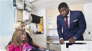 Le défenseur PK Subban qui rencontre une jeune patiente à l'Hôpital des enfants à Montréal en 2015.