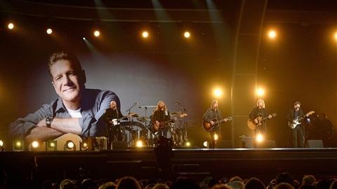 Bernie Leadon, Timothy B. Schmit, Jackson Browne et Steuart Smith, lors de l'hommage à Glenn Frey