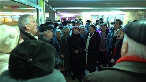 Une chorale s'improvise dans le métro de Kiev.