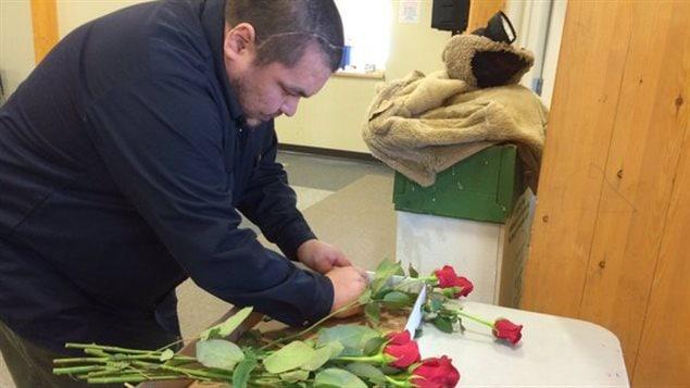 Rex McKenzie prépare un bouquet de roses