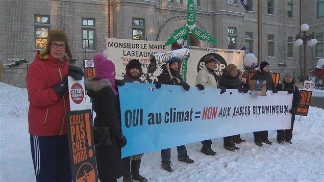 Des manifestants devant l'hôtel de ville.