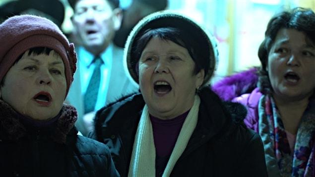 Depuis des années, des Ukrainiens chantent des airs patriotiques dans le métro de Kiev.