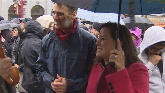 Le maire de Vancouver Greg Robertson et la ministre de la Justice du Canada Jody Wilson-Raybould, le 14 février 2016 durant la marche en hommage aux femmes disparues ou assassinées, dans le quartier Downtown Eastside de Vancouver.