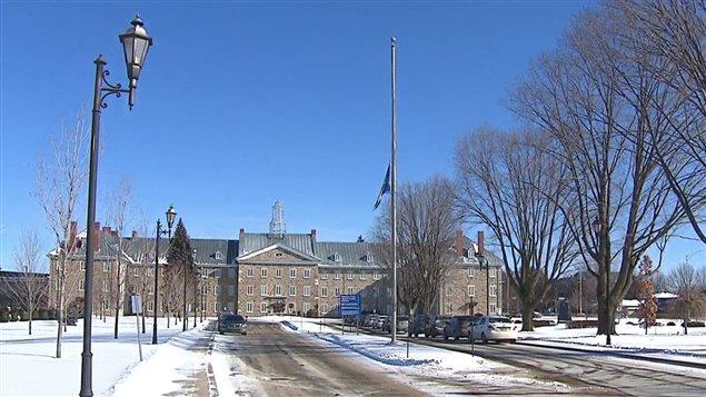 Drapeau en berne à l'École nationale de police du Québec en raison du décès d'un diplômé, Thierry LeRoux