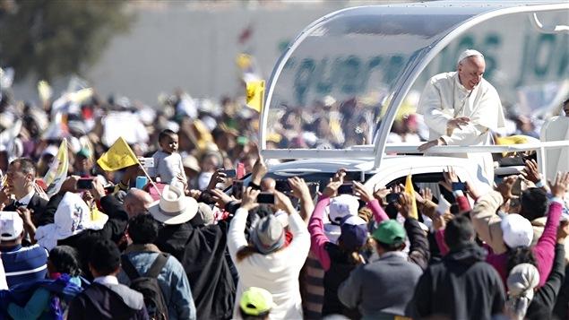 Le pape François salue la foule à bord de la papemobile à son arrivée à San Cristobal de las Casas.