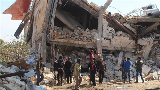 Des Syriens prennent la mesure des dégâts causés à l'hôpital de Médecins sans frontières.