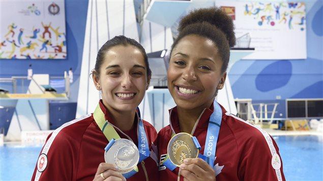 Pamela Ware et Jennifer Abel avec leur médaille d'argent et d'or après la finale du 3 m aux Jeux panaméricains à Toronto en 2015.