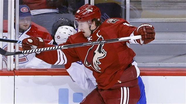Shane Doan entre en contact avec Brendan Gallagher.