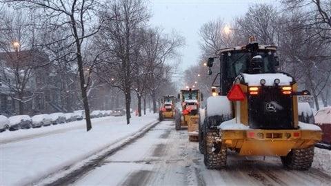 Le déneigement des rues de Montréal est amorcé.