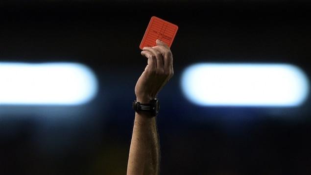 un arbitre mert après avoir donné un carton rouge