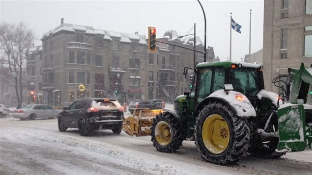 La neige a ralenti les déplacements dans les rues de Montréal mardi matin.