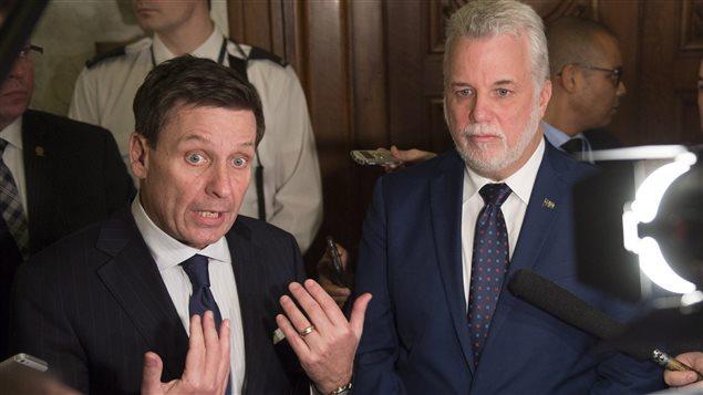 Le ministre de l'Éducation du Québec, Pierre Moreau, aux côtés du premier ministre Philippe Couillard