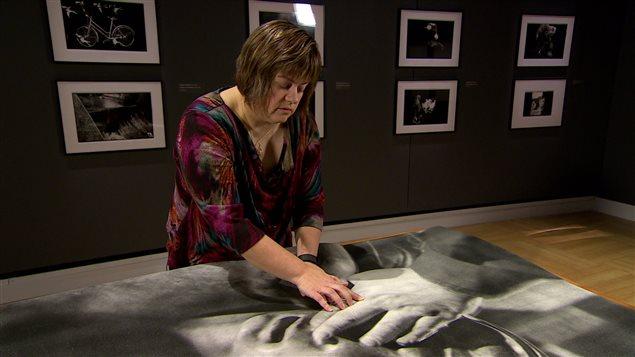 La photographe aveugle Tara Miller espère que cette nouvelle technologie permettra aux personnes voyantes de découvrir une nouvelle dimension de ses oeuvres.
