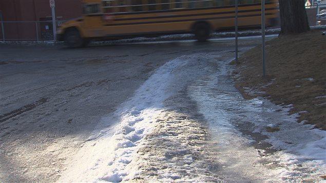 Un trottoir glacé à l'angle des rues Lafontaine et Murray à Sherbrooke