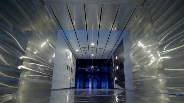 Un modèle réduit d'avion dans la soufflerie ETW