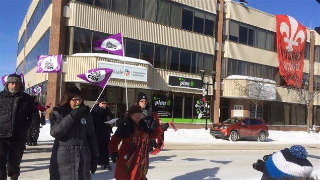 Manifestation devant le bureau du député Luc Blanchette à Rouyn-Noranda