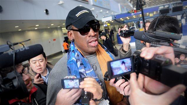 L'ancien joueur étoile de basketball Dennis Rodman arrive à l'aéroport de Beiking, d'où il s'est rendu en Corée du Nord du 19 au 23 décembre 2013.