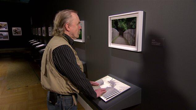 Pete Haertel admire une oeuvre à l'exposition «Au-delà du regard»