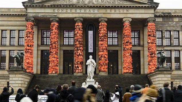 Le Konzerthaus de Berlin recouvert de gilets de sauvetage de migrants