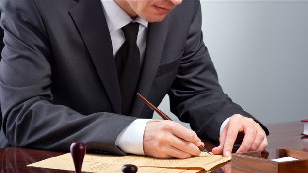 Un avocat dans son bureau