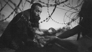 La photo « Espoir d'une nouvelle vie », de Warren Richardson, Premier prix du prestigieux concours de photojournalisme World Press Photo