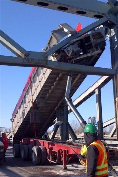 Une benne d'un camion coincée dans la structure du pont Mercier
