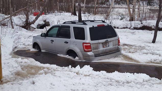 Une voiture dans une inondation