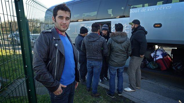 Des migrants s'apprêtent à quitter la «Jungle» pour aller dans le sud de la France.