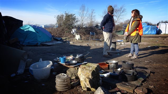 Georgia Fayet, chargée de l'accueil des populations migrantes au département du Pas de Calais, fait la liste des options qui s'offrent à Salah Dakeen, qui habite dans le camp depuis six mois.