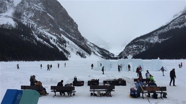 Des touristes patinent sur le lac Louise dans le parc national Banff