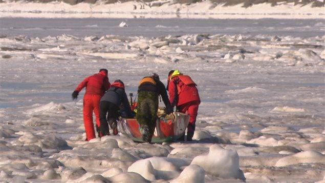 Les chercheurs utilisent un canot à glace pour se rendre au large.