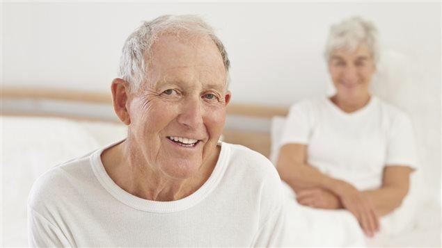 Un couple de personnes âgées dans un lit