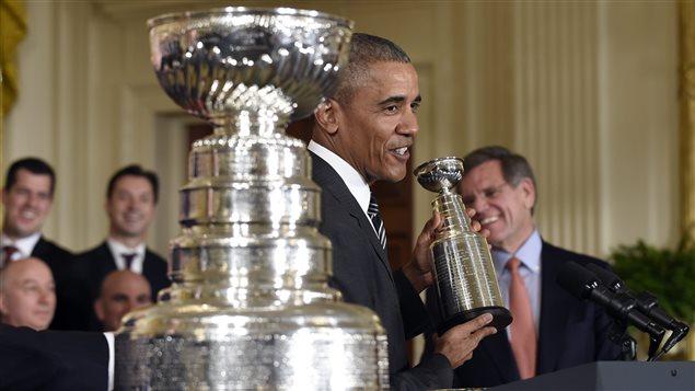 Barack Obama s'est fait offrir une version miniature de la coupe Stanley.