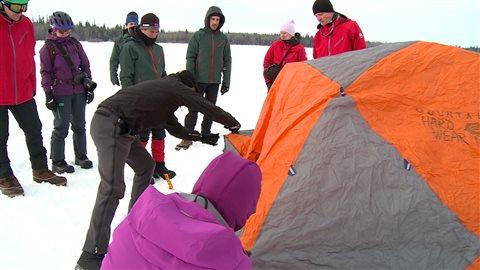 Les 10 participants du camp d'hiver doivent apprendre à monter une tente sur la neige.