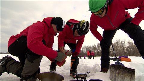 Les participants essaient d'opérer un réchaud de camping.