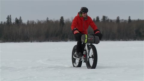 Cameron Dubé, guide du camp d'hiver Fat Bike Lake Winnipeg se promène en VPS