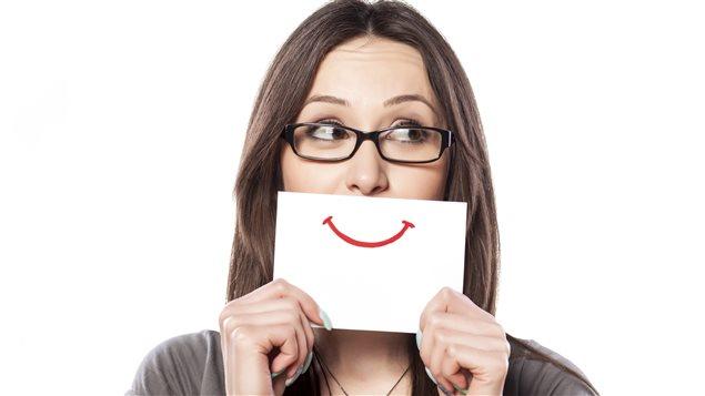 Une femme souriante.