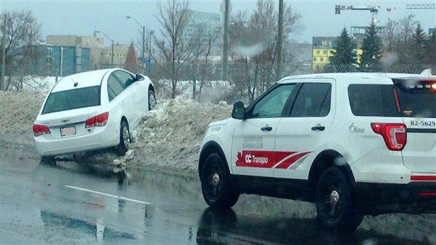 Une voiture qui a terminé sa course sur un banc de neige à la suite d'une sortie de route à Ottawa.